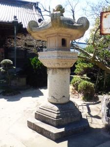向かって右の石燈籠