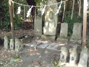 庚申塔の三猿と狛犬