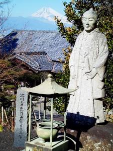 富士山と江川担庵像