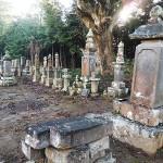 崩れた墓石