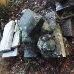 倒壊した古い墓石